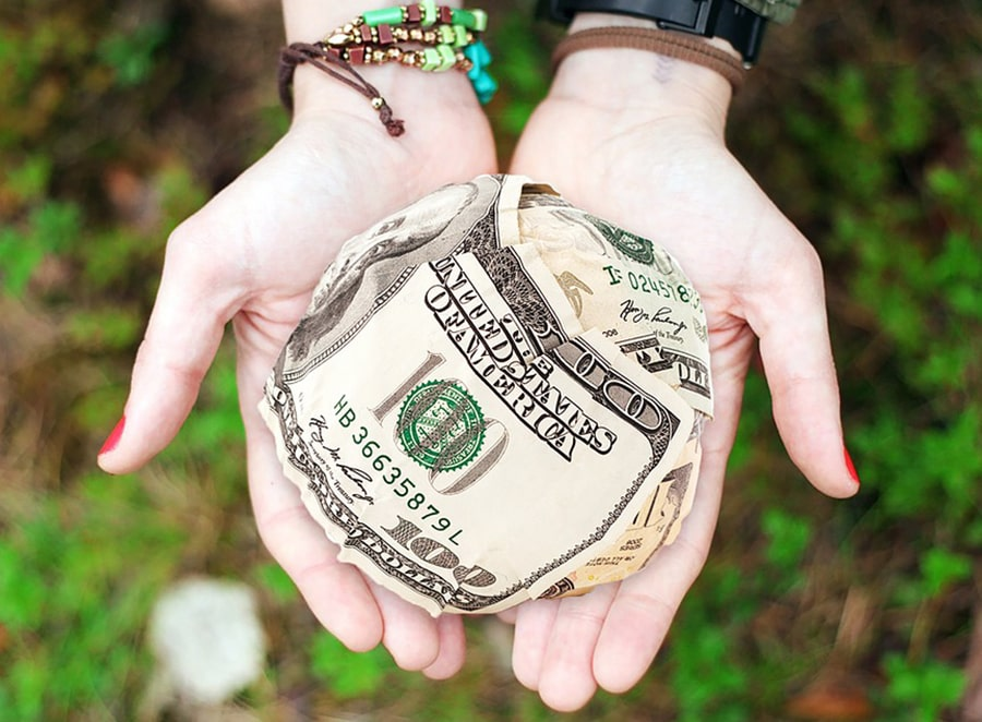 Mơ thấy có người đưa tiền cho mình đánh con gì?